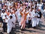 KK-Swami-leads-kirtana-1.jpg